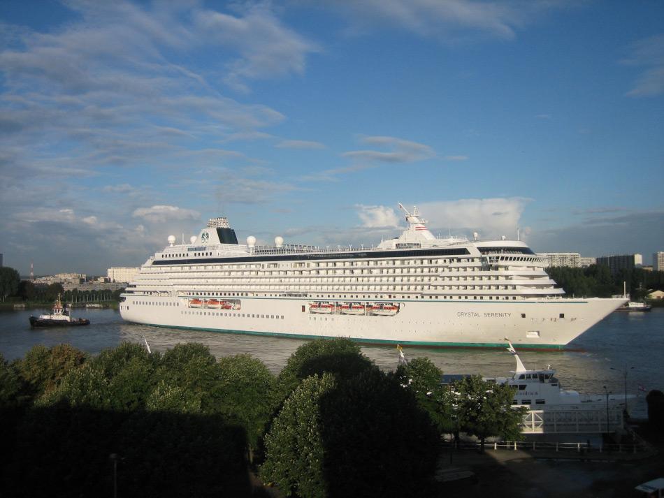 Die 13 Jahre alte Crystal Serenity wurde in Frankreich gebaut und ist seit 2003 unterwegs. Sie ist beinahe 250 m lang, 32.31 m breit und besitzt 9 Gästedecks für insgesamt 1'070 Passagiere. Sie besitzt keinerlei Eisklasse oder –verstärkungen und ist völlig auf Unterstützung von anderen Schiffen angewiesen, um die geplante Fahrt durchführen zu können. Bild: Bert76 www.wikipedia.com