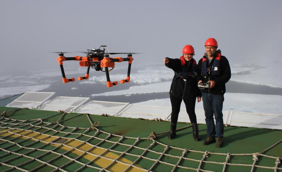 AWI-Biologin Melanie Bergmann und Ingenieur Sascha Lehmenhecker beim Start des Multikopters vom Helideck der Polarstern. Bild: Jonas Hagemann