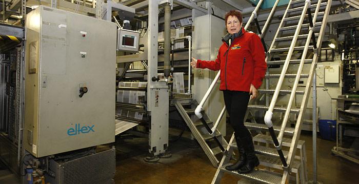 Rosamaria Kubny ist begeistert – mit einer Druckgeschwindigkeit von 20'000 Exemplaren pro Stunde rauscht PolarNEWS durch die Maschine.