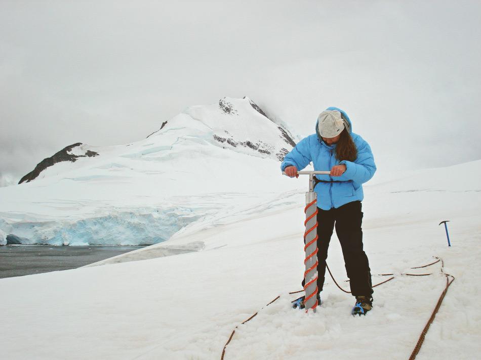Die Forschungsarbeit in Antarktika ist häufig eine knochenharte Handarbeit, da keinerlei Infrastruktur besteht oder mühsam und kostspielig errichtet werden müsste. Trotzdem ist auch immer Spass dabei. Bild: Tyrolia Verlag