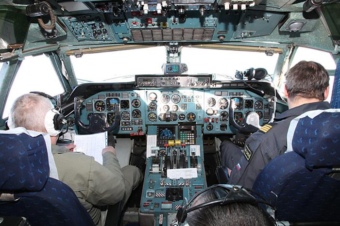 Die Besatzung im Cockpit der Antonov-74 besteht aus vier Mann.